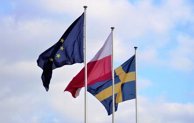 översätta-polska-svenska-flaggor